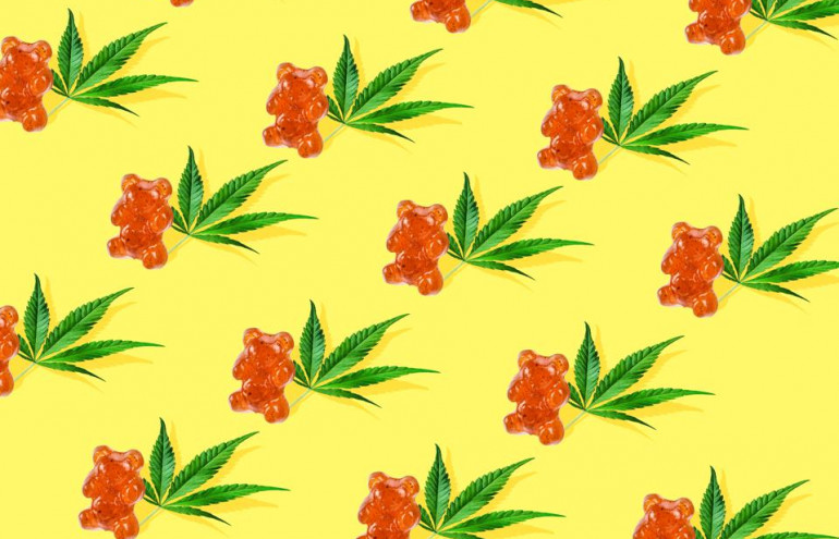 Wallpaper displaying a repeating pattern of gummy bears and cannabis leaves